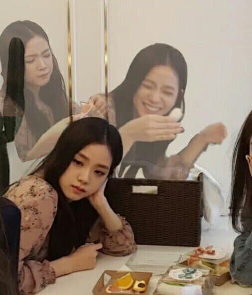 too much thinking jisoo meme